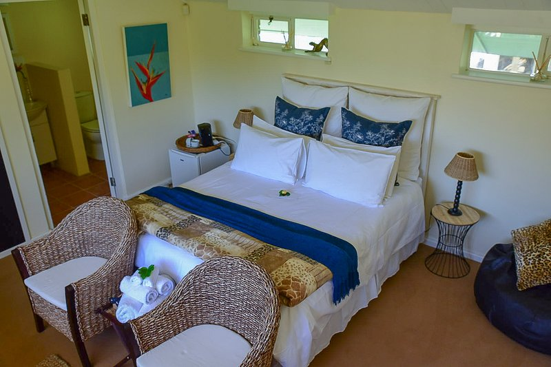 Balcony Suite with Pool View - On Pinewood Guest House, location de vacances à Newlands