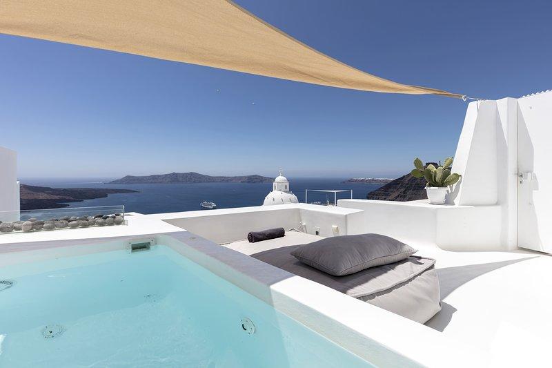 Villa, heated private pool, 2 BR, caldera view, hot tub, holiday rental in Karterádhos