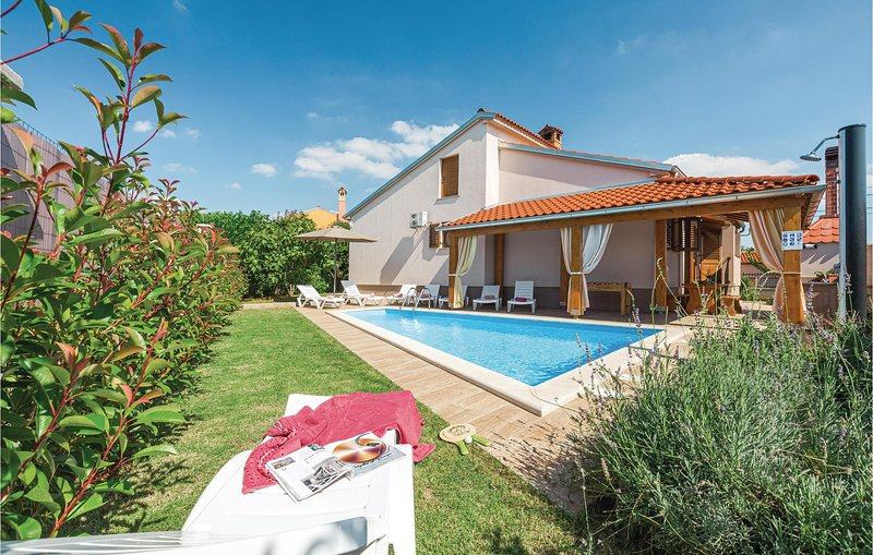 Beautiful home in Svetvincenat with Outdoor swimming pool, WiFi and Outdoor swim, location de vacances à Jursici