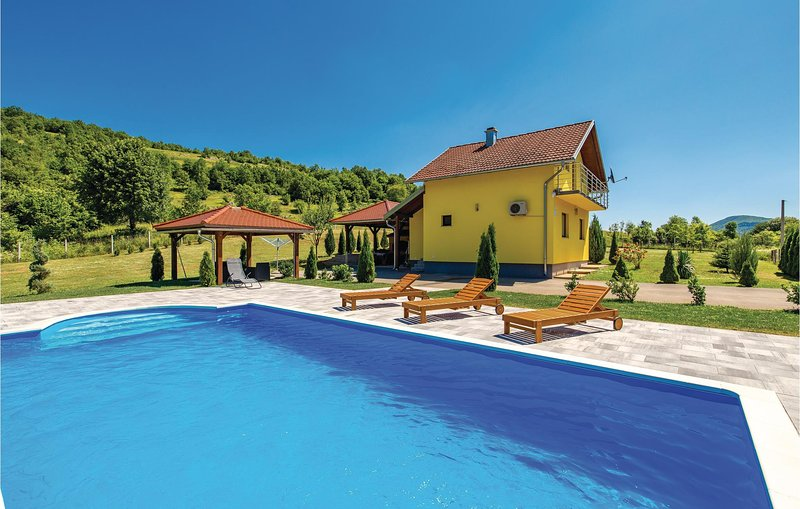 Amazing home in Otocac with WiFi and 3 Bedrooms (CCL008), location de vacances à Licko Lesce