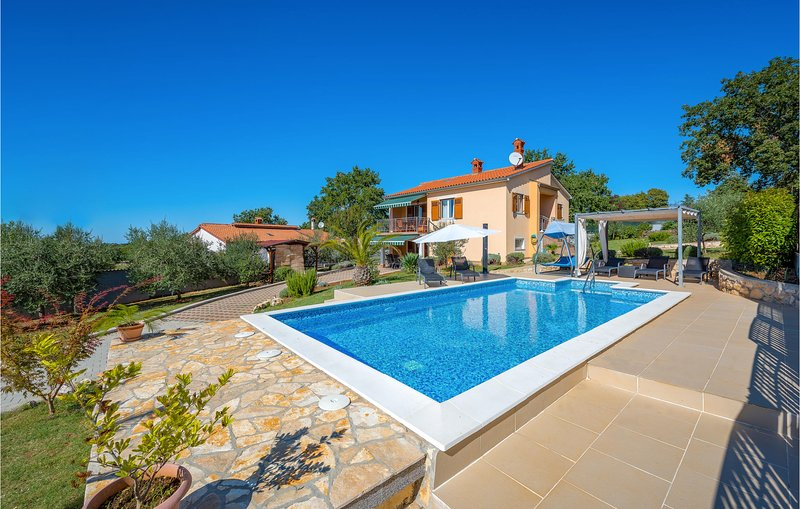 Amazing home in Radmani with WiFi and 4 Bedrooms (CIE638), alquiler vacacional en Zbandaj