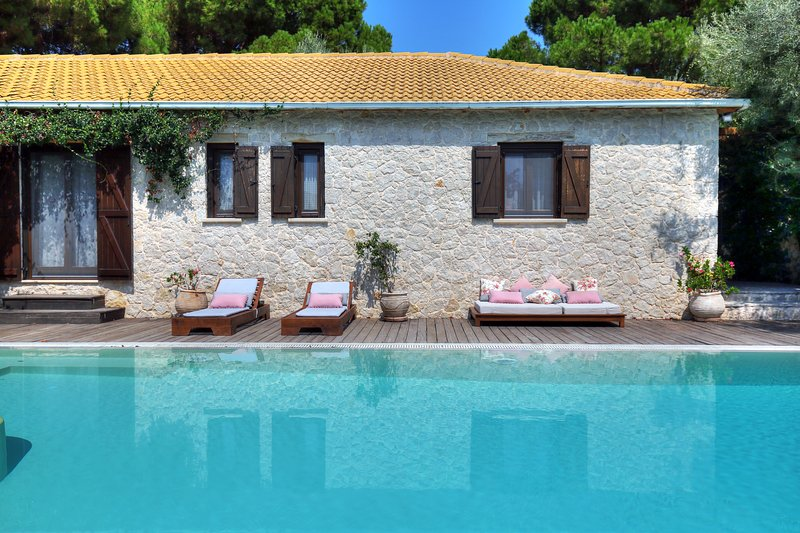 A Secluded Mediteranean Paradise, luxurius, pool, walk to beach, kids-friendly, holiday rental in Lefkada Town