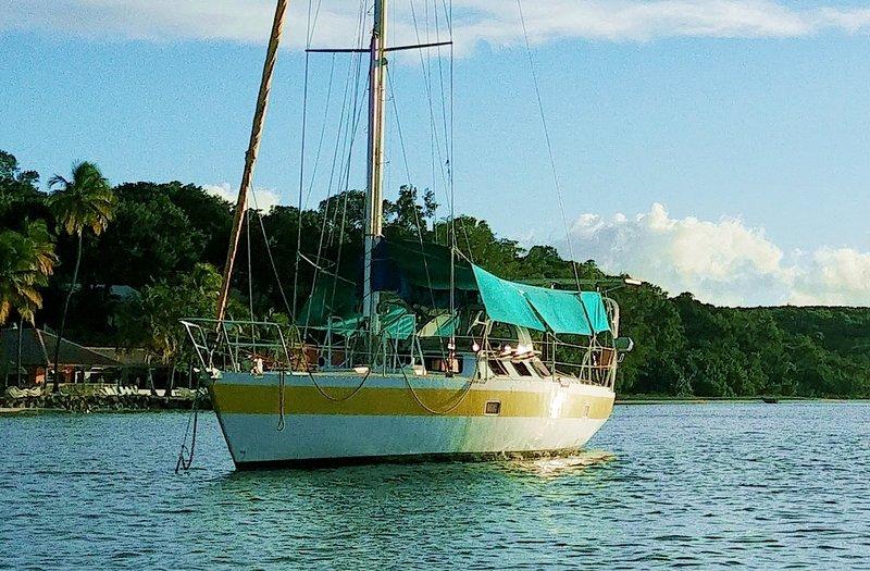 Loger seuls sur un bateau au mouillage à Sainte-Anne, holiday rental in Sainte-Anne