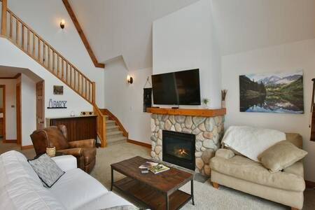 Nirvana at Blue Mountain: Sleeps 5, vacation rental in Craigleith