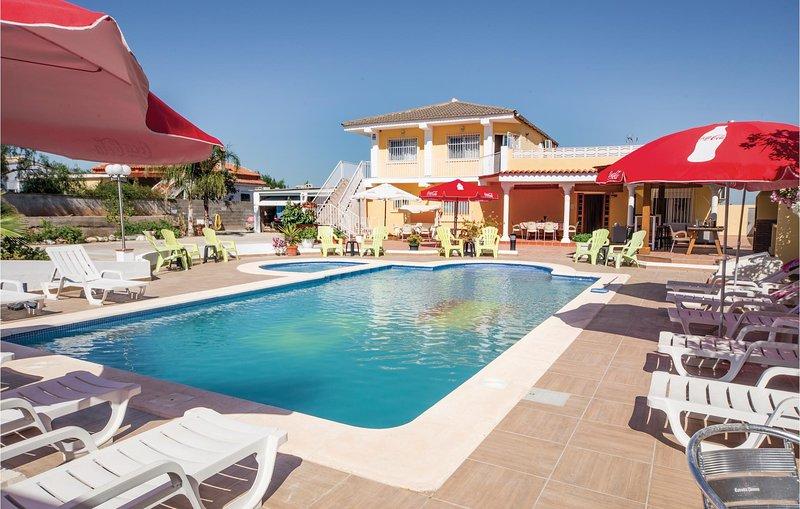 Stunning home in Llíria with 4 Bedrooms (EBV008), alquiler de vacaciones en Chulilla