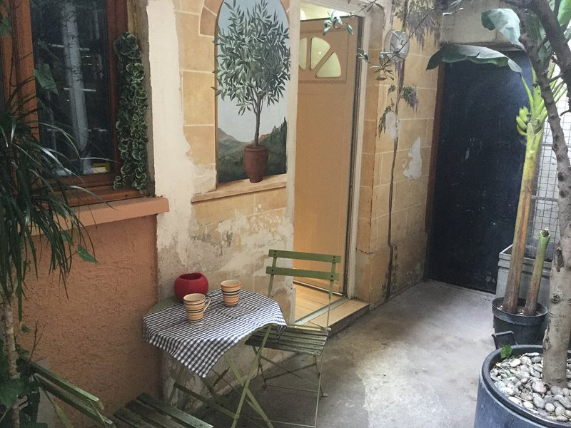 Beautiful studio with terrace, holiday rental in Charenton-le-Pont