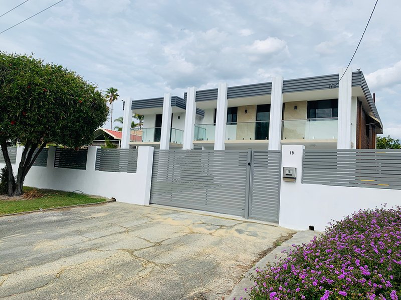 7 Bedrooms+6 Bathrooms+2 Kitchen Garden House walking to Curtin University, holiday rental in Canning Vale