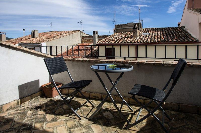 Spacious house with mountain view, alquiler vacacional en La Cuevarruz