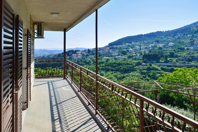 Spacious apartment with balcony, holiday rental in Klis