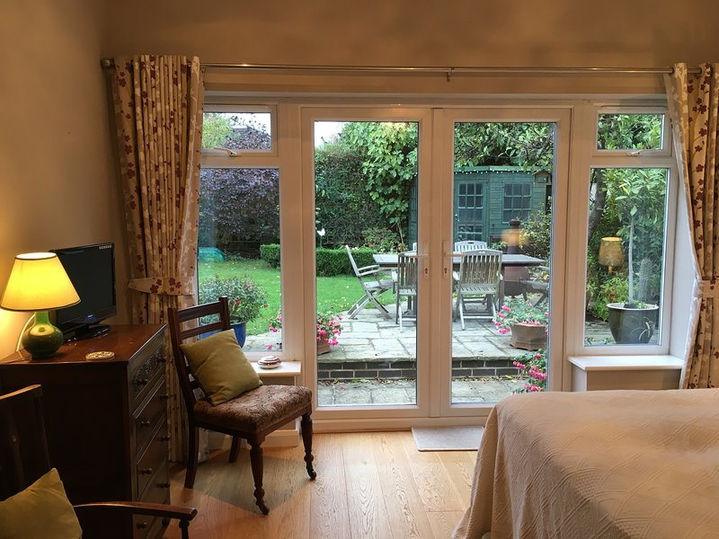 Garden Room with separate entrance in heart of Melbourne, holiday rental in Swadlincote