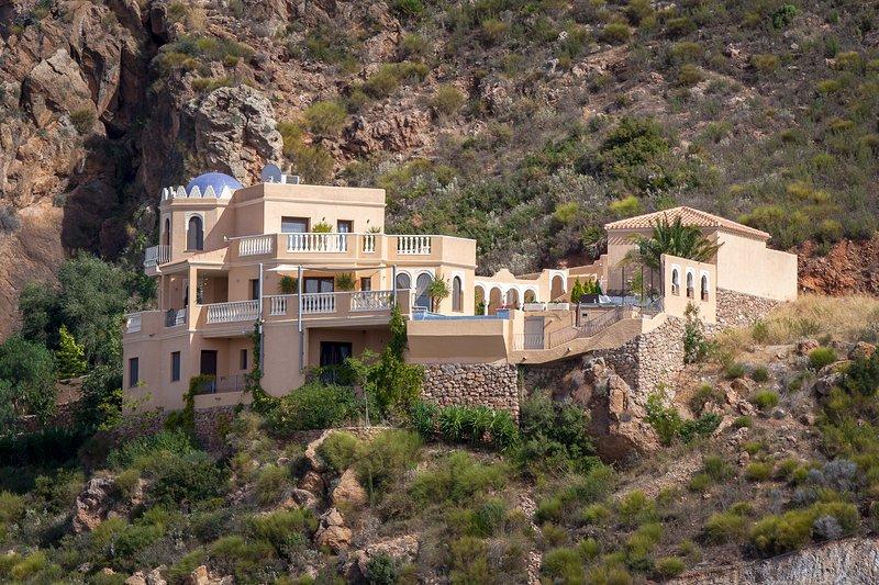 O Villa, situado na encosta da Serra Cabrera.
