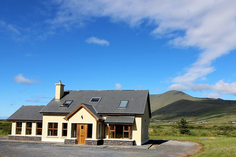 Bright, modern house on the Dingle Peninsula. Wifi, holiday rental in Dingle