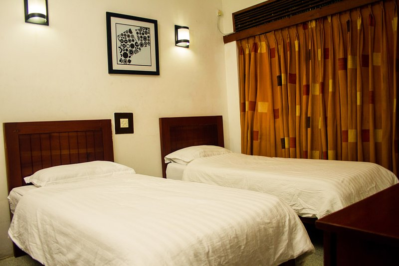 Spacious Double Room With Attached Bathroom, WiFi, AC &, holiday rental in Ratmalana