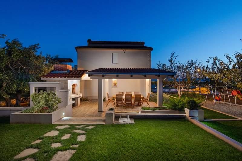 Modern Villa Sunshine with big 10x5m pool, aluguéis de temporada em Kastela