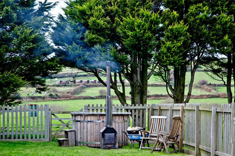Wheal Jane, Wheal Dream - A spacious family retreat with a private hot tub, holiday rental in Wendron