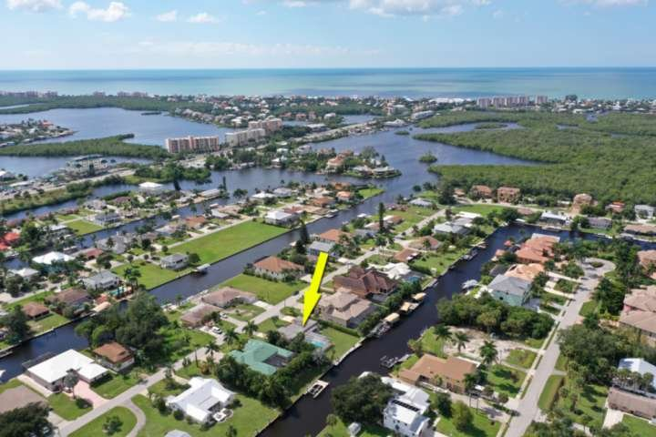 Minutes from our gorgeous Gulf and beachfront, located in a quiet neighborhood with a Gulf access canal, rest and relaxation is calling!