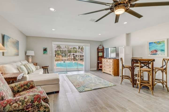Minutes to Beach! Heated Pool on Gulf Access Canal, Beautiful Remodeled Duplex,, location de vacances à Bonita Springs
