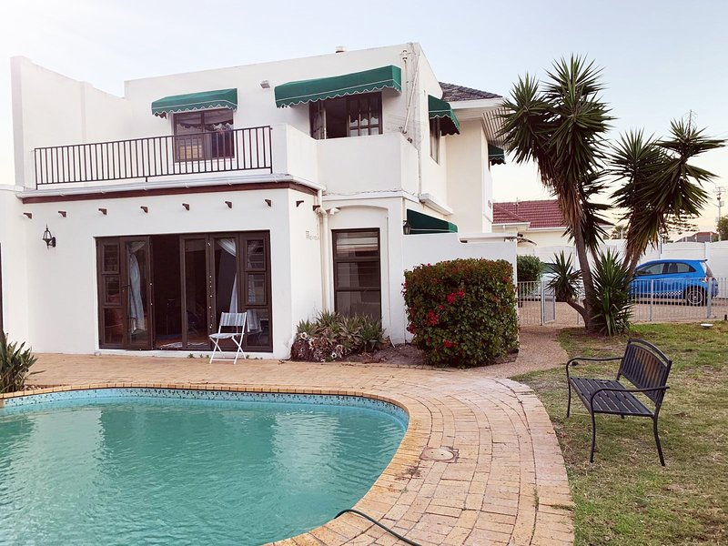 Pool house at 67 Woodley, holiday rental in Plumstead