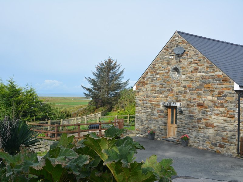 Beautiful barn with hot tub,close to the coast in Snowdonia National Park