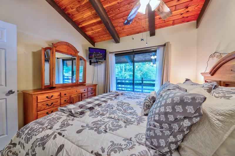 Furniture,Indoors,Bedroom,Room,Bed