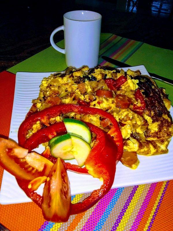 Desayuno con jamón, cebolla y sasuges