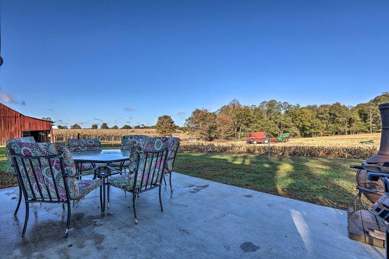 ¡Siéntate en el patio trasero y disfruta del hermoso paisaje campestre!