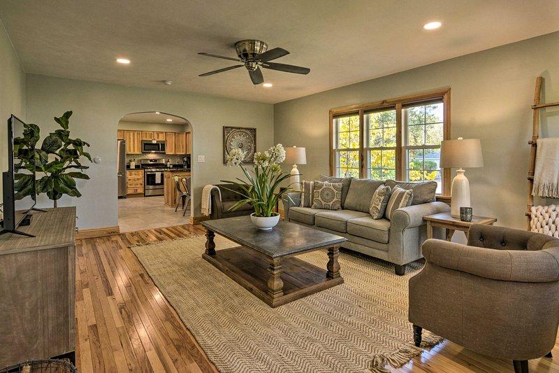 Interiören erbjuder en bekväm och modern design.