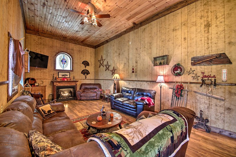 NEW! 'The Bovard Lodge' Rustic Cabin Near Ohio River, vacation rental in Owenton
