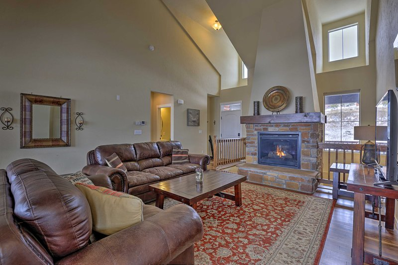 NEW! Deluxe Granby Ranch Hillside Home w/ Hot Tub!, holiday rental in Hot Sulphur Springs