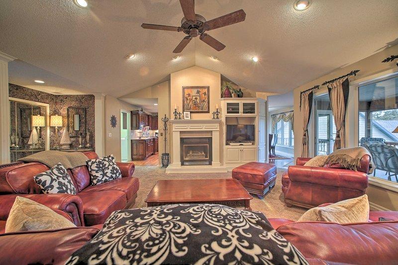 Home in Bella Vista w/ Deck & Lake Windsor Views!, casa vacanza a Pineville