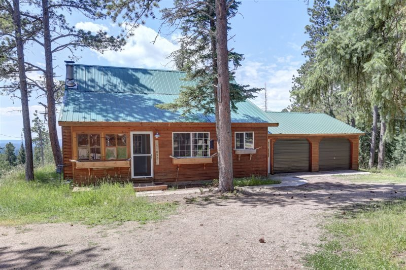 Wonderlust Cabin - With private hot tub!, holiday rental in Iola