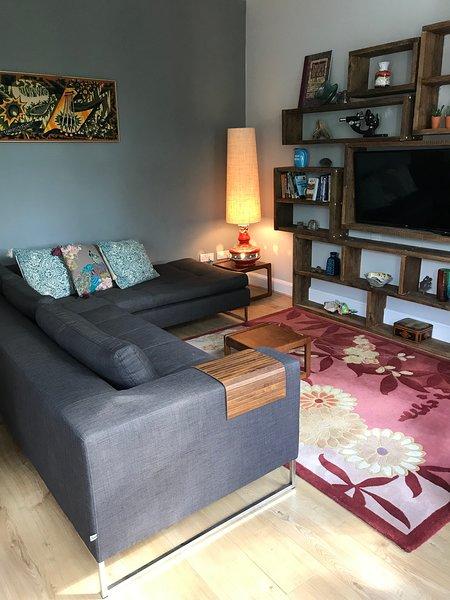 Frontroom elegante con divano enorme e smart TV