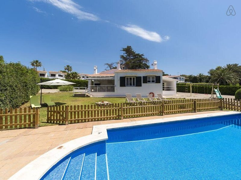 VILLA BINI ALANA - Ideal for families, fenced pool, close to the beach, casa vacanza a Binibeca