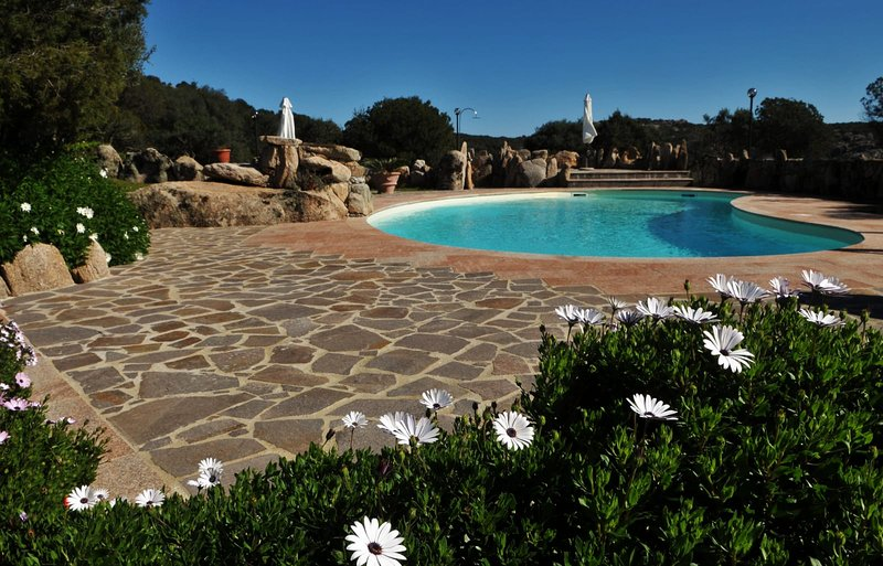 Villa Bonaria with private pool, sleeping up to 12, North Sardinia, casa vacanza a Cannigione