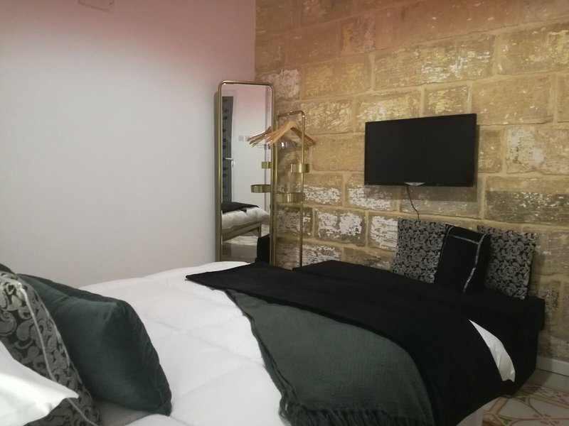 Squadron Base (Private Room) Accommodation close to Malta Airport, holiday rental in Qrendi