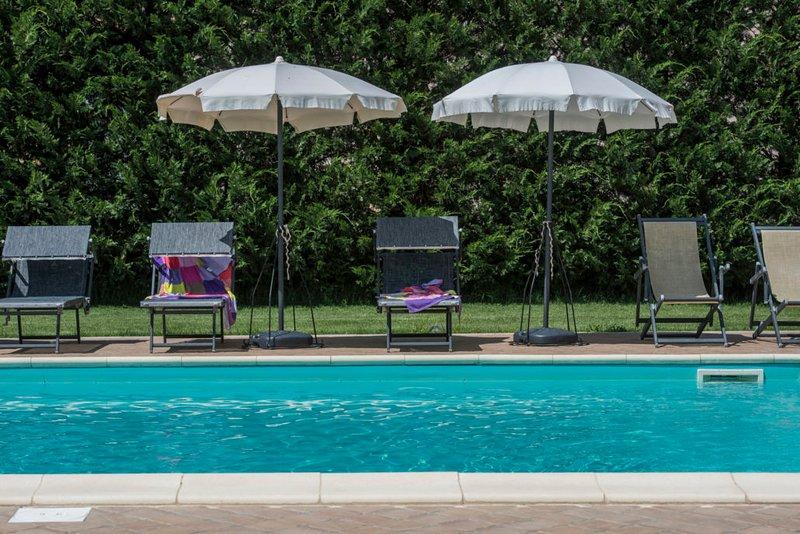 Stylishly restored Tuscan farmhouse, private pool near Pienza, sleeps 8, alquiler de vacaciones en Nibbiano