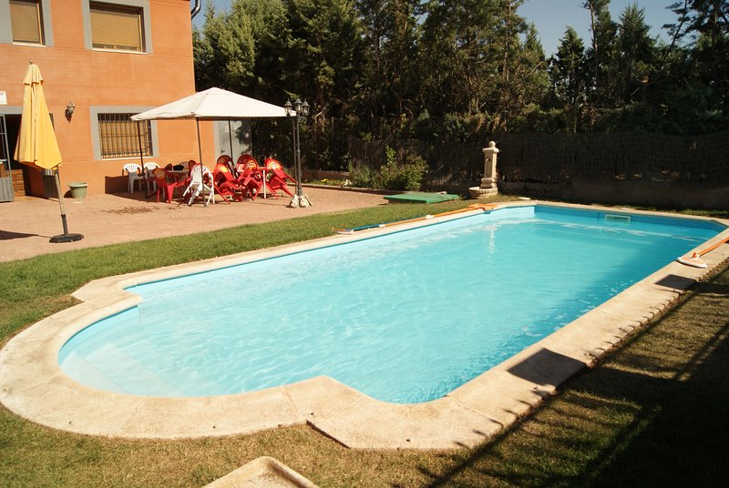 Big villa with swimming-pool & Wifi, alquiler de vacaciones en Jadraque
