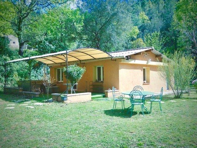 CHARMANTE MAISONNETTE  indépendante au calme, location de vacances à Correns
