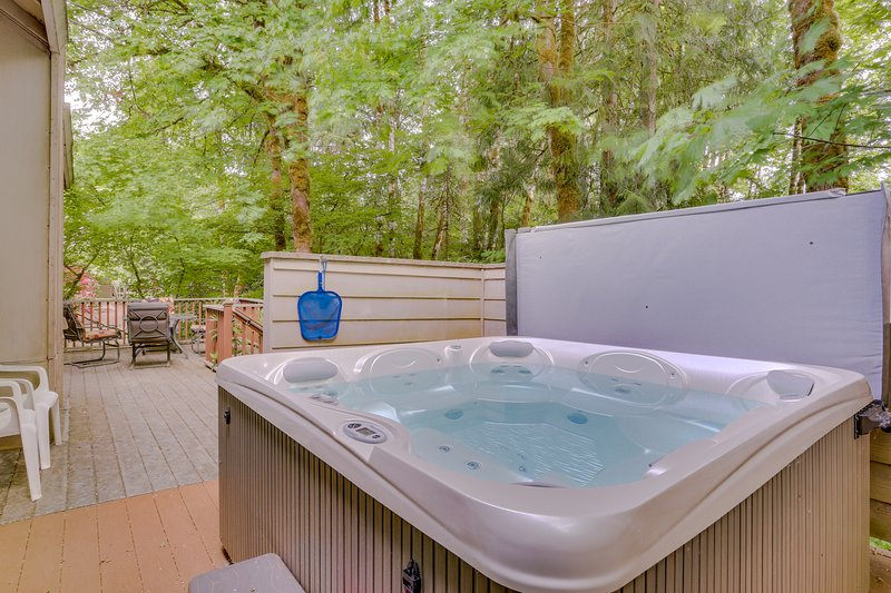 Mtn Condo w/ pool table, private hot tub great for golfers, skiers, & hikers, vacation rental in Welches