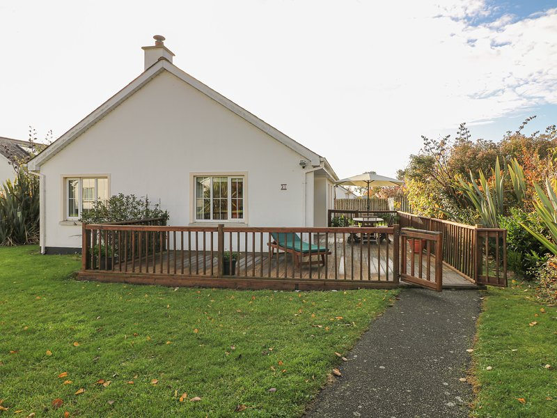 21 BRITTAS BAY PARK, detached cottage, solid-fuel stove, on-site facilities, holiday rental in Rathnew