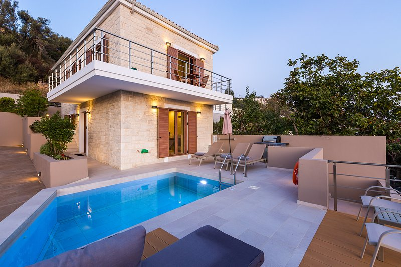 Upper Double with 6 bedrooms, luxury, private pools, serenity, location de vacances à Malaxa