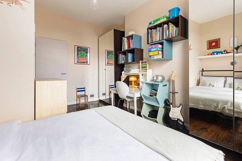 Stunning, Bright 3 Bedroom Flat near Highbury, vacation rental in Harringay