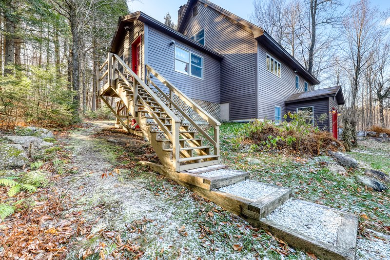 Gorgeous updated lodge w/wood stove, gas grill close to Sunday River Ski Resort!, vacation rental in Upton