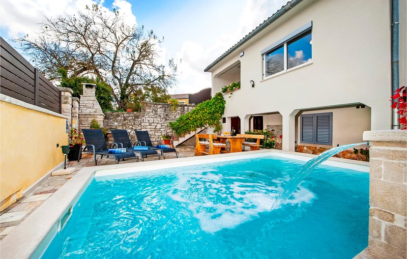 Amazing home in Mrgani with WiFi and 2 Bedrooms (CIC639), casa vacanza a Brajkovici