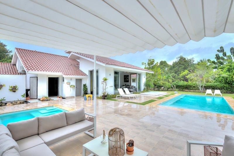 Clean and modern Villa with open concept and large garden views, location de vacances à Altos Dechavon