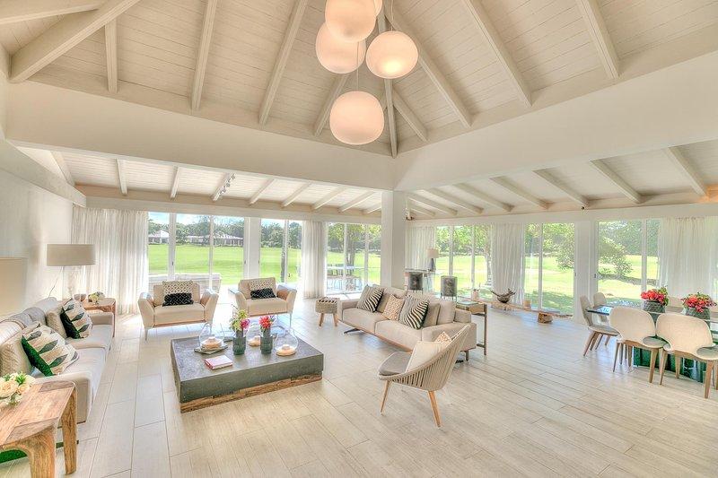Beautiful and Modern Golf View Villa with sophisticated decor, location de vacances à Altos Dechavon