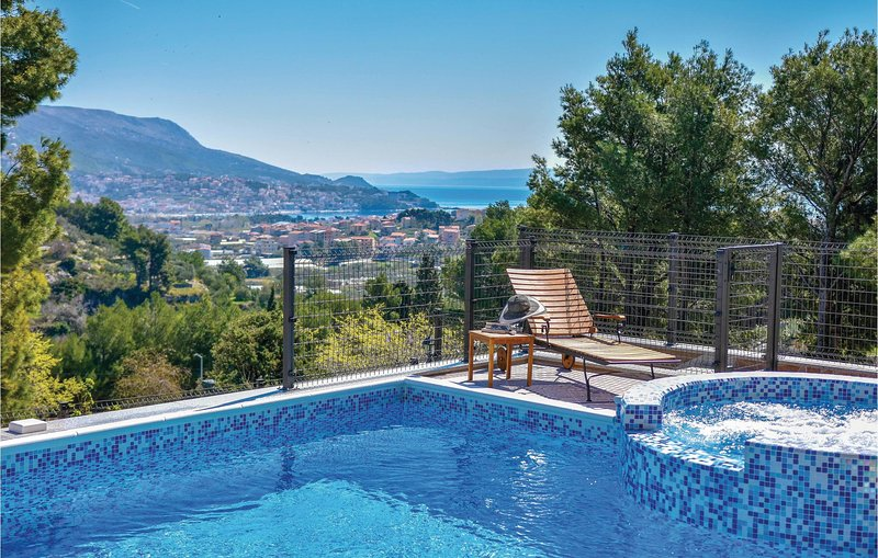 Stunning home in Split with WiFi, 4 Bedrooms and Jacuzzi (CDF801), location de vacances à Kamen