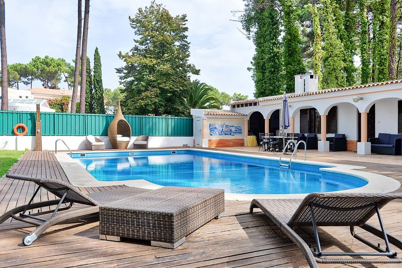 Spacious villa with swimming-pool, holiday rental in Fernao Ferro