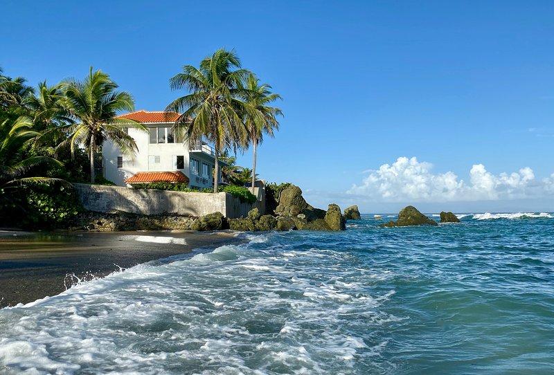LAS PIEDRAS- HISTORIC OCEANFRONT VILLA W/POOL 8+pp. BEST VIEWS & LOCATION IN VQS, alquiler de vacaciones en Puerto Rico