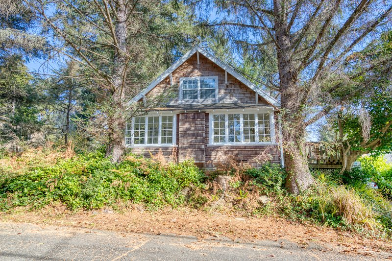 New listing! Charming dog-friendly home with great Cannon Beach location!, location de vacances à Cannon Beach